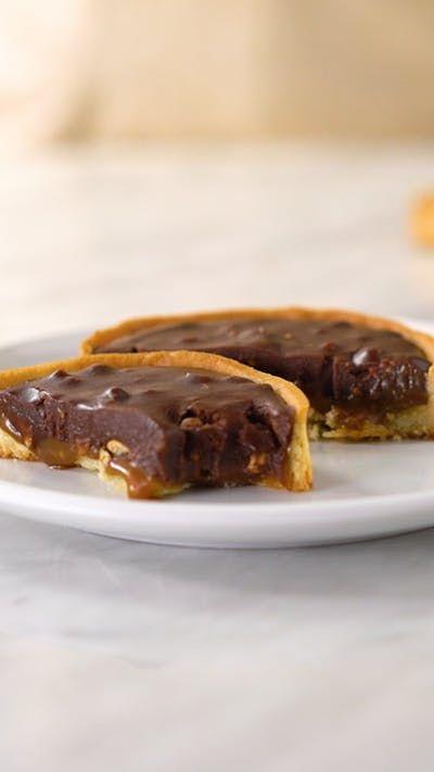 A incrível combinação do chocolate com o caramelo salgado em uma linda e deliciosa tortinha!