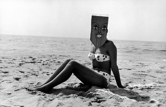 Saul Steinberg Masquerade: le esilaranti e fantastiche maschere del newyorkese Saul Steinberg fotografate attraverso lo sguardo riflessivo di Inge Morath.
