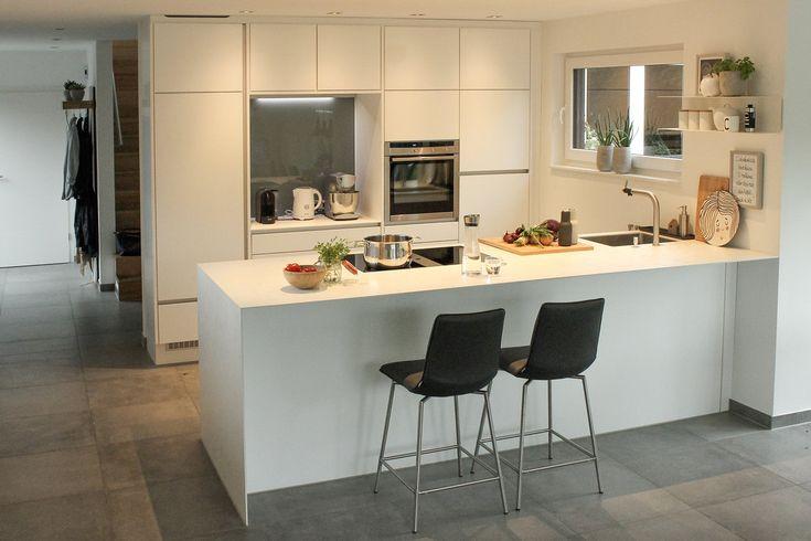 Moderne Natürlichkeit Der Schiefer-Boden verleiht der stilvollen - lackiertes glas küchenrückwand