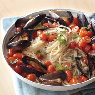 Spaghetti and Mussels with Tomatoes and Basil - Refreshing summer meal!