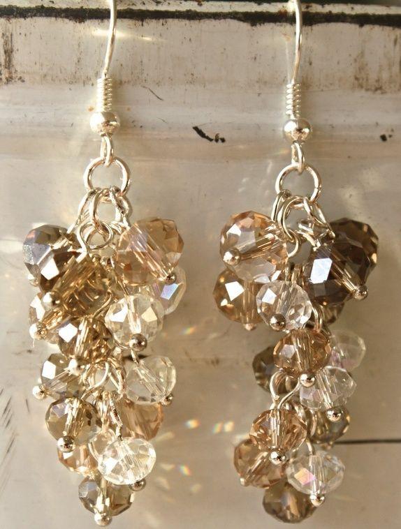 Cluster of pearls, earrings in sparkling beige/brown colors