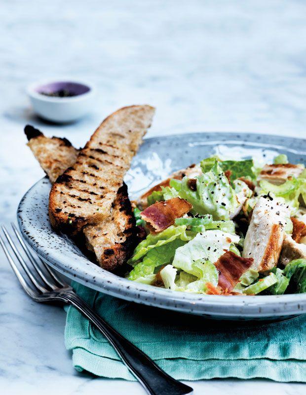 Cæsarsalat er manges favoritsalat, fordi den er enkel og altid smager godt. Man kan købe mange færdiglavede dressinger, men den smager bedst med en hjemmelavet dressing.