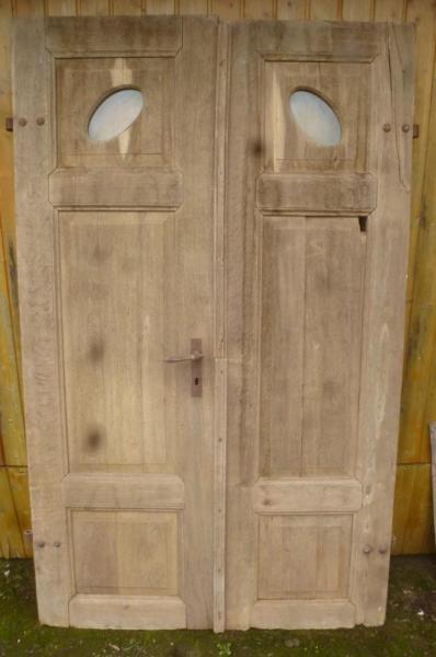sehr stabile, gut erhaltene Haustüre aus der Gründerzeit.Da die Tür bereits von uns vorsichtig abgelaugt wurde,lässt sich der gute Zustand sehr genau erkennen.Alles ist sehr robust und solide, und sehr schwer.Sehr seltenes Stück mit den ovalen Fenstern.Breite 130 cmHöhe 220 cmStärke 42 mmBreite des feststehenden Flügels 65 cmBreite des Flügels mit Schloss 70 cmDie Maße können durch einen Schreiner an Ihre Bedürfnisse angepasst werden.Die Tür hat noch keinen Falz.Eine Füllung muß wieder…