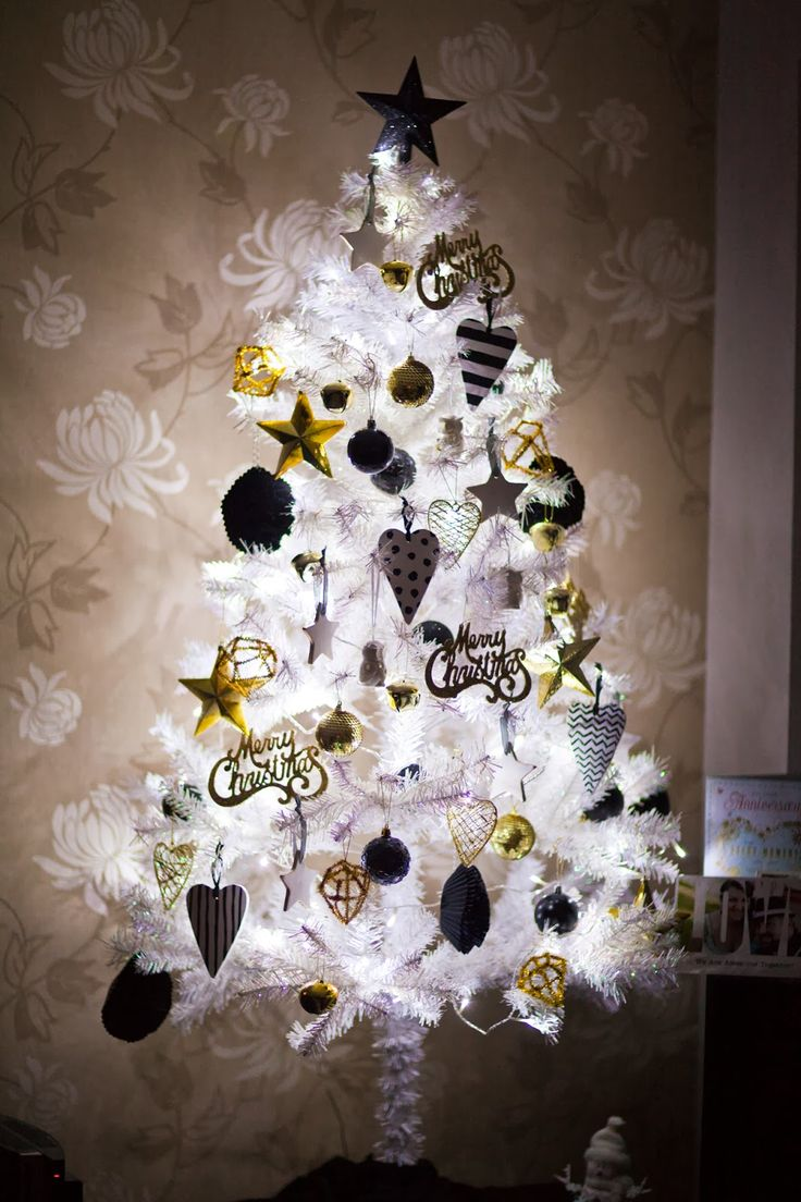 Non traditional christmas tree ideas - My Favourite Post Of The Year My Black White And Gold Christmas Tree