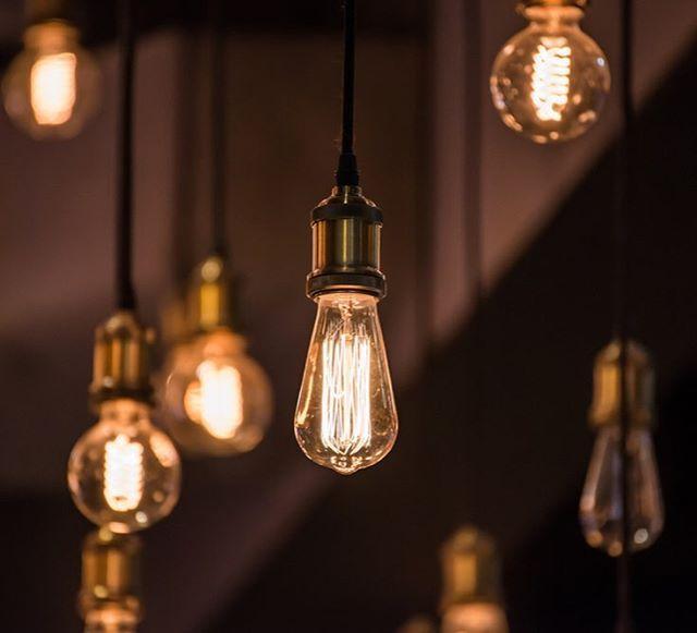 Milliyet Emlak der ki😌: Çalışma odası olarak hangi odayı belirlediyseniz ya da hangi alanı belirlediyseniz onu en iyi şekilde aydınlatmak çalışma veriminizi üst seviyeye çıkartacak en önemli nokta. Odanızdaki ışık seviyesi eğer aydınlatma kullanacaksanız asla çok fazla ya da çok düşük olmamalı ancak eğer odanız gün ışığını alabiliyorsa açın camlarınızı, perdelerinizi. Gün ışığını selamlayın. #milliyet #milliyetemlak #interiordesign #design #dizayn #lamp #dimlight #working #tips #designing…