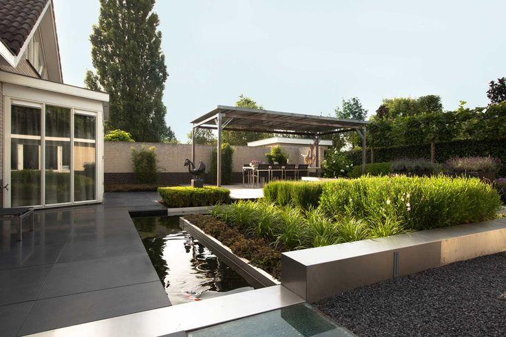 Moderne tuin met zeer veel details kunst vijver siergrassen rvs border glazen for Tuin modern design