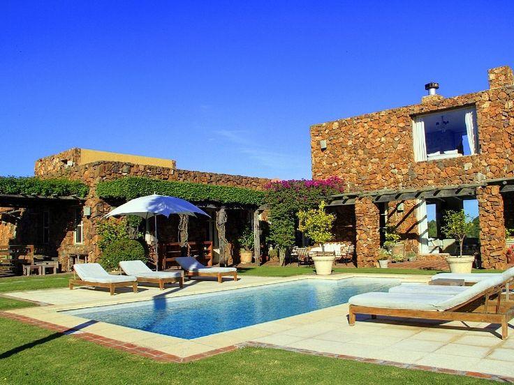 É sempre verão... E você pode mergulhar nesta piscina em Punta del Este.  http://br.luxuryestate.com/p25911101-propriedade-em-venda-punta-del-este