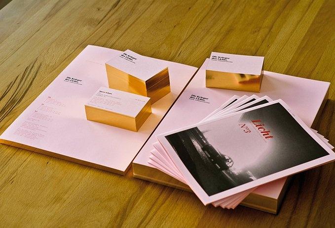 Papeterie de l'agence Die Krieger des Lichts GmbH, Nuremberg, or sur tranche sur un papier rose, ou comment faire le pont entre l'élégance transitionnelle et le design non conventionnel : typo classique, or sur tranche, papier couché (uncoated) rose.  Vainqueur d'un REDDOT Design Award.    Gold and pink stationary for and by Die Krieger des Lichts GmbH agency (Nuremberg).