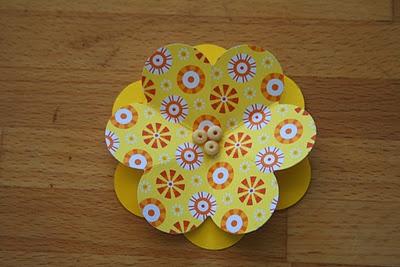 Várias florzinhas de papel firme dobradas