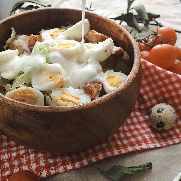 Вкусный,белковый  и сытный салат, отлично подходит для  ужина❤️ Ингредиенты: 1 огурец 200 гр.  куриной грудки ( приготовленной любым способом, у меня жаренная без масла на сковороде-гриль) 100 гр. айсберга  5 шт. перепелиных яиц 100 гр. йогурта ( у меня домашний) Яица  варим, готовим курицу (любимым способом), все ингредиенты мелко нарезаем и смешиваем, заправляем йогуртом. Наш супер вкусный салат готов! Кбжу на всю порцию  372/53/12/10