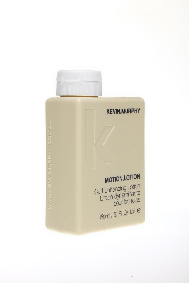 Kevin Murphy - Motion Lotion  Contrôle des frisottis et boucles mises en  valeur avec cette lotion légère et absorbante, pour une sensation et  un style sexy. Peut être utilisé pour terminer votre mise en plis et  définir les boucles.