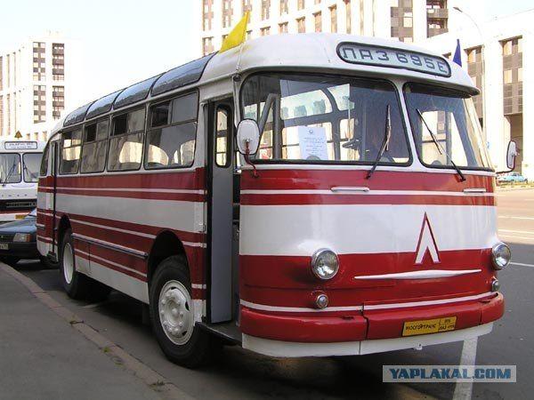 К советскому автодизайну отношение неоднозначное. Тем не менее там были весьма удачные работы. Вот, например, ЛАЗ-695. Да, к 90-м годам он безнадежно устарел, но для 60-х годов был весьма стильным и современным .