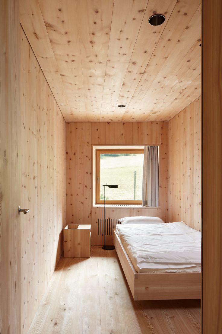 Auch im Schlafzimmer hat der Architekt sich für eine Holzverkleidung entschieden. (Foto: Ralph Feiner; Ruedi Walti)