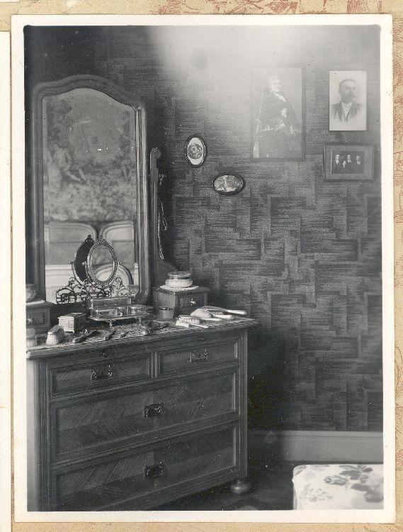 Antigua Toilette del dormitorio de la vivienda ubicada en calle O'Higgins 424, Punta Arenas [de propiedad de Jesús Veiga], mediados del siglo XX.