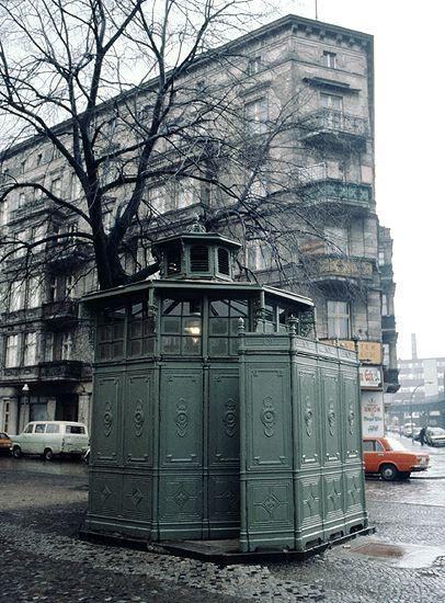 Ein Pissoire, eine öffentliche Bedürfnisanstalt für Männer, in Berlin-Kreuzberg, 1980 | by Kurt Tauber