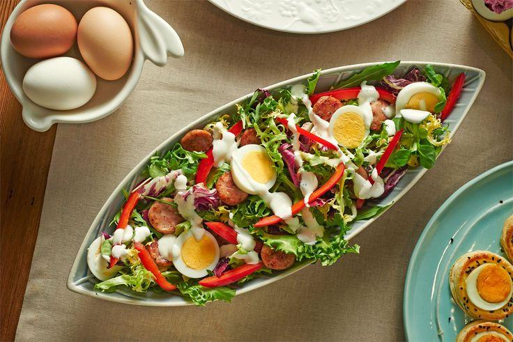 Sałatka z białą kiełbasą i jajkami - jak zrobić? Przepisy na sałatki WINIARY