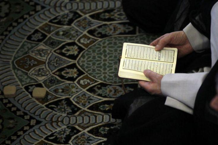 Alasan Penganut Syiah Sujud di Atas Tanah – Islam di Atas Mazhab