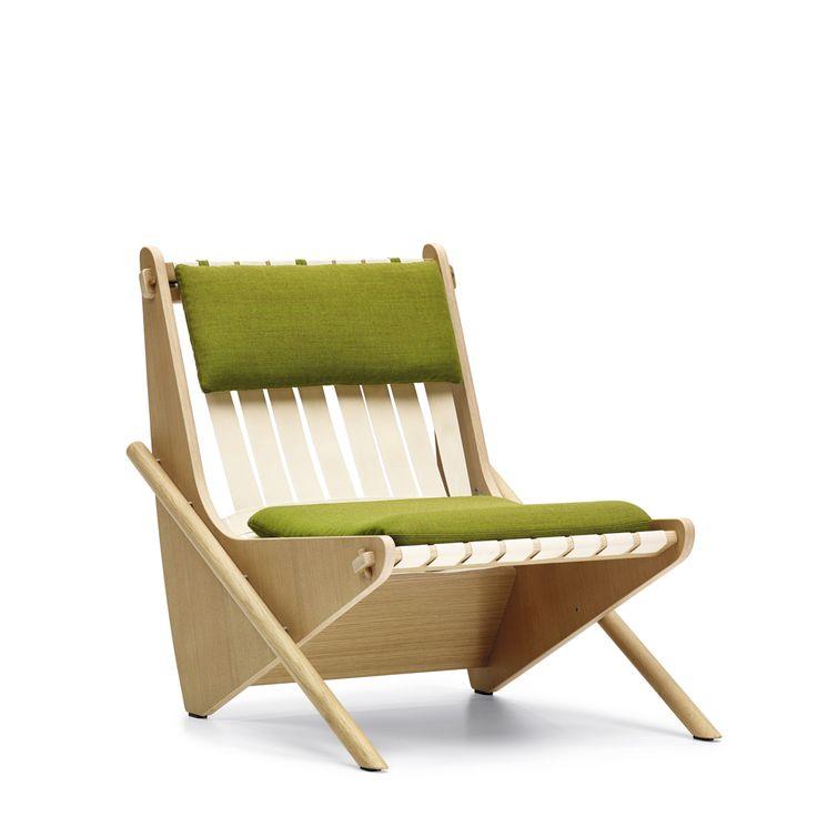 """Moins connues que son oeuvre architecturale, les créations de mobilier du maître austro-américain Richard Neutra (1892-1970) sont désormais rééditées par l'entreprise allemande VS. Coup de coeur pour la chaise """"Boomerang"""" en multiplis, chêne et sangles, créée au début des années 40 pour le projet d'habitation Channel Heights, en Californie."""