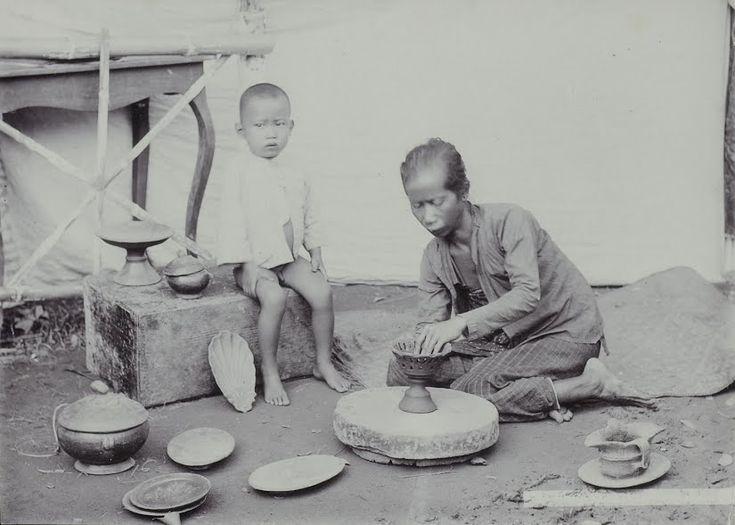 Het bakken van potten in Soerabaja 1885 - 1920 (source Beheugen van Nederland)