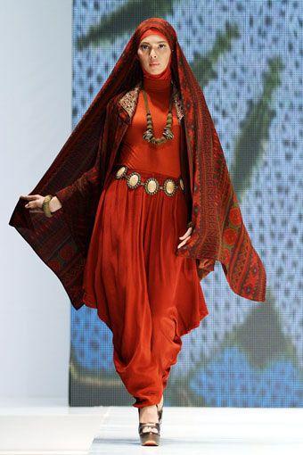 Tampil gaya dan menawan dalam balutan busana muslim yang dikombinasikan dengan kain batik, tenun dan songket.