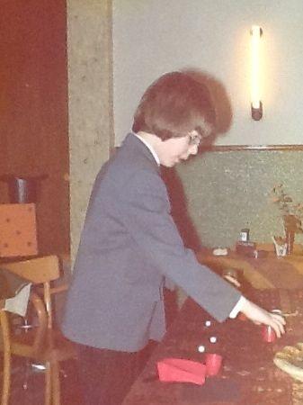 Vertoning van het klassieke bekerspel met materialen uit een goocheldoos tijdens de koperen bruiloft van mijn ouders.