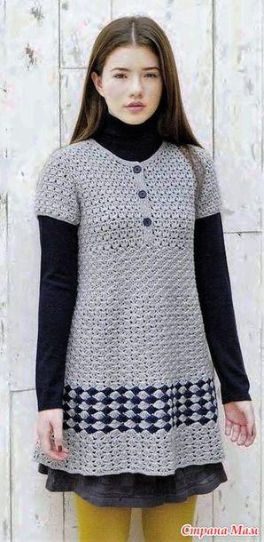 Это платье или туника с короткими рукавами и квадратной кокеткой с планкой на пуговицах связана симпатичным плотным узором. Оно подойдет для повседневности и не только... Обхват груди 88 см.