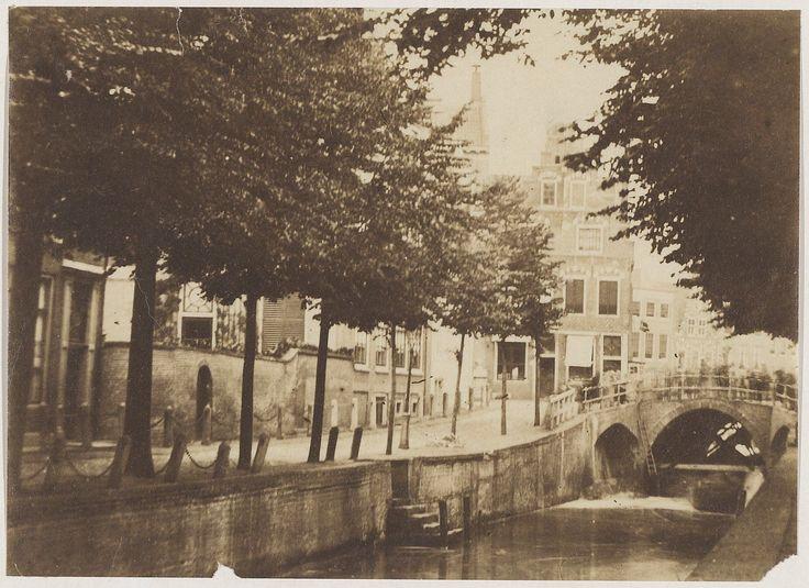 Demping van de Oude Gracht. Op de hoek met de Grote Houtstraat is de tabakswinkel van de firma Van der Pigge te zien. Foto 1859 Fotograaf: Munnich & Ermerins