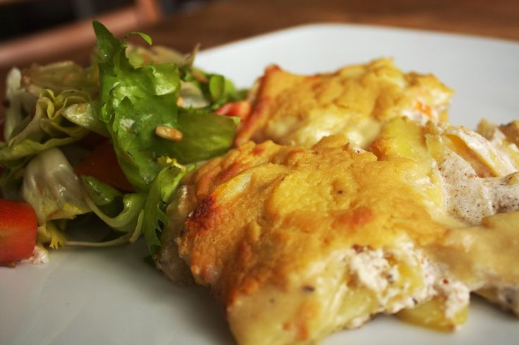 Kartoffelgratin ohne Käse geht nicht? Geht doch! Ich meine klar, so ganz zu 100% werden wir den Gratinkäse nie ersetzen können. Aber trotzdem, diese Version hier schmeckt auch meinen nicht veganen …