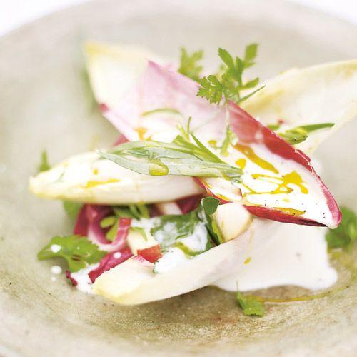 Een heerlijk frisse salade die je in een paar minuutjes kunt maken. Zijn de peren nogniet helemaal rijp, bak de partjes dan heeleven in een hete grillpan.   1 Doe de peren in eenkom met de witlof, appel en het grootstedeel van...