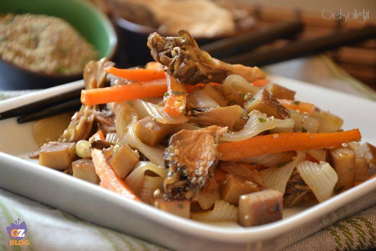 Tagliatelle shirataki con funghi maitake e seitan, un piatto vegano saporito e leggero, con poche calorie.