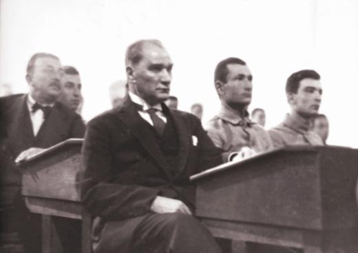 Cumhuriyetin gülen yüzü (29 Ekim 2013) Atatürk, Harbiye Mektebi'nde öğrencilerle aynı sıralarda oturup dersi dinliyor. 1927
