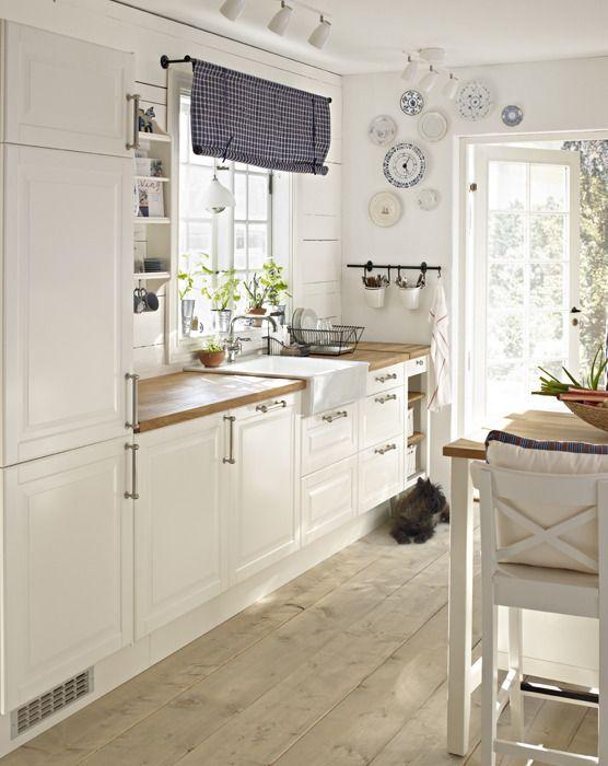 Bonita cocina, estilo nórdica, en color blanco, intemporal, con sencillez, sin grandes pretenciones pero muy útil y bella, me gusta!!!!