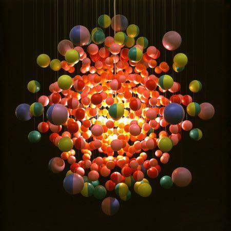 Os lustres do designer Stuart Havgarth são criados a partir da repetição de materiais como garrafas plásticas, lixo reciclável e bolas. Um exemplo é a peça de 2007, conhecida como Drop, feita com garrafas de água descartáveis que formam uma grande gota. O lustre produzido com inúmeras armações de óculos, para participar da exibição na galeria londrina Haunch of Venison, de 2009, é outro destaque da coleção do designer.