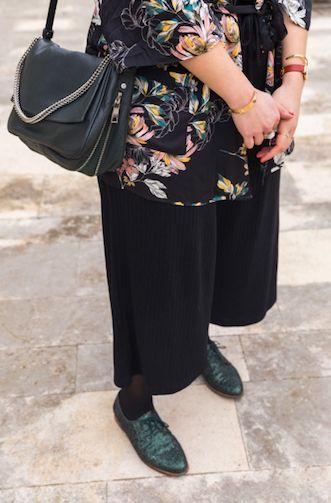 Kimono à fleurs, combinaison noire et chaussures à paillettes