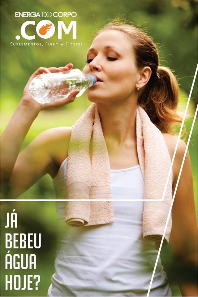 BEBA MUITA ÁGUA.  Os benefícios são inúmeros e seu corpo agradece, a hidratação é item básico quando o objetivo é um corpo saudável e o bem estar diário. Tenha sempre uma garrafa de água ao alcance das mãos, pois a reposição de líquidos deve ser frequente e independente da sensação de sede. Além disso, se dois litros de água lhe parecem demais, saiba que parte da ingestão diária pode ser suprida com outras fontes, como sucos, água de coco, leite, frutas, chás e sopas.