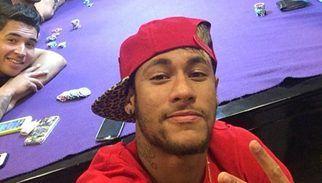 Neymar JR e i selfie al tavolo da poker con gli amici: i tifosi brasiliani diventano 'viola' come il panno