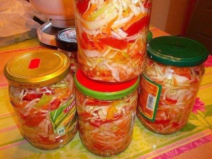 INGREDIENTE: un kg de roșii; 350 g de morcovi; un kg de ardei dulci; 300 g de ceapă; un kg de varză; 50 g de sare; 250 ml de ulei; 50 g de zahăr; 80 ml de oțet. MOD DE PREPARARE: Tăiați roșiile, ardeii, ceapa și varza. Dați morcovii prin răzătoare. Amestecați legumele. Apoi asezonați-le cu sarea, zahărul, uleiul și oțetul. Iarăși amestecați și așezați salata în borcane sterilizate de 500 ml (aveți nevoie de 8 borcane). Sterilizați borcanele cu salată timp de 40 minute. Întoarceți-le cu…