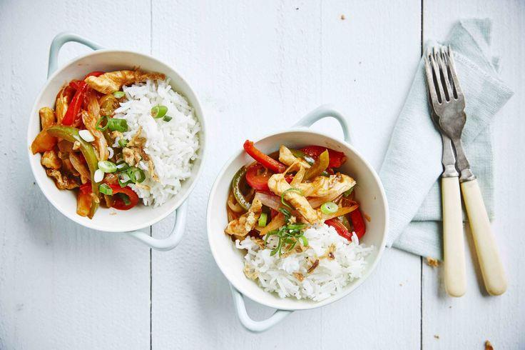 Een overheerlijke gewokt witloof, zoet-zuur met kipblokjes, rijst, die maak je met dit recept. Smakelijk!