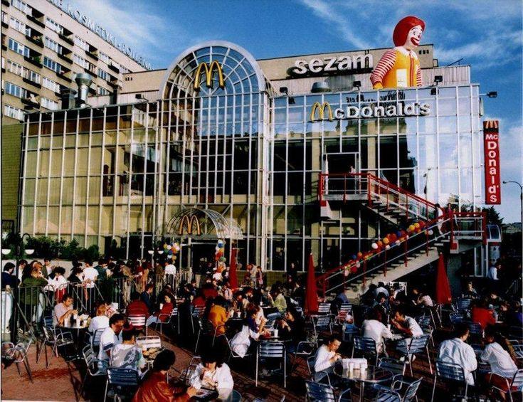 Hamburger kosztował 17 tys. zł. W menu: 3 bułki i frytki. 25 lat temu otwarto pierwszego McDonalda w Polsce