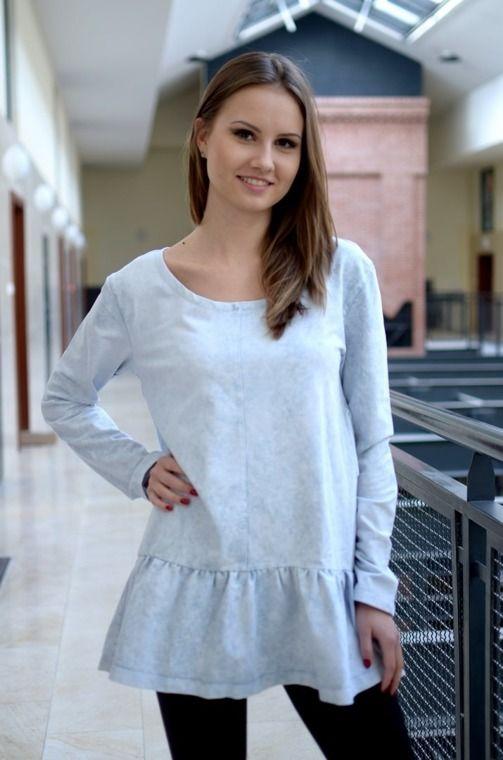 Modna sukienka z dekatyzowanego materiału posiadająca kieszenie oraz falbankę z tego samego materiału. Wykonana z najlepszych materiałów, modny design i niepowtarzalny wygląd idealna do codziennych stylizacji, ale także tych elegantszych.
