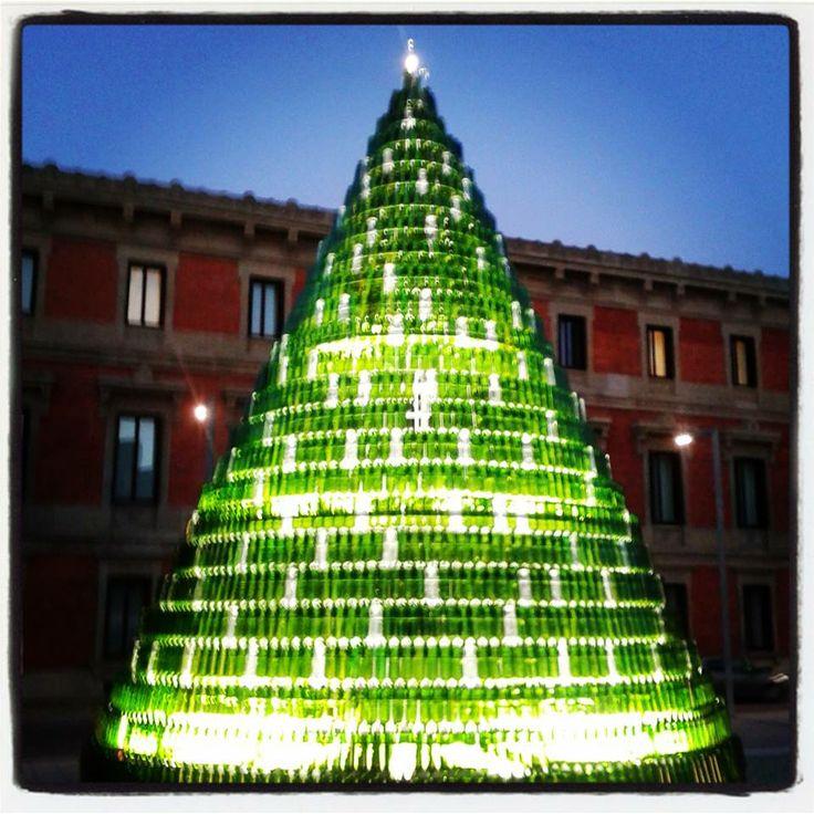 Arbol de Navidad con botellas recicladas en Baluarte de Pamplona