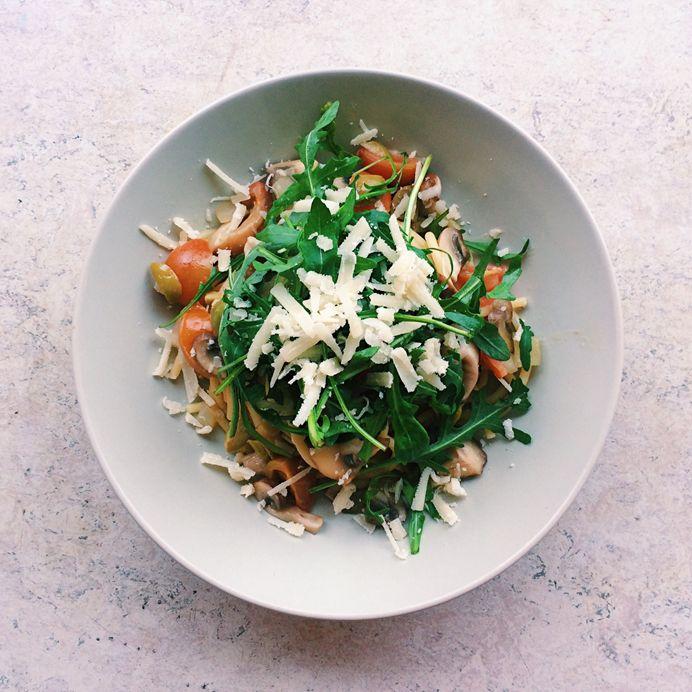 Frisk bigoli-pasta med svampe, parmesan og oliven - fra AARSTIDERNE