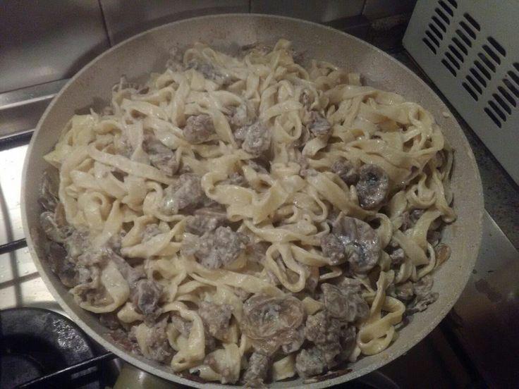 Tagliatelle fatte in casa con funghi, panna e salsiccia