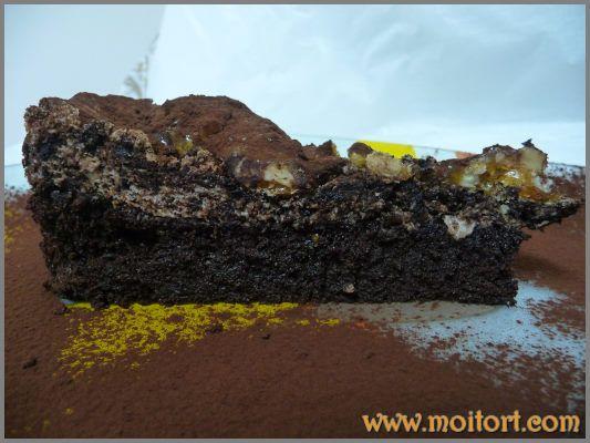 Торт с шоколадным кремом и взбитыми белками с фундуком