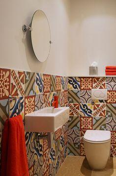 Patchwork allegro e luminoso di piastrelle colorate ideale per un bagno stile Mediterraneo