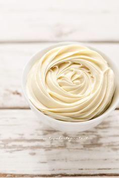 La Ganache al cioccolato bianco è una crema corposa e vellutata, perfetta per guarnire, decorare e farcire dolci, torte e cupcakes. La sua consistenza compatta e semi solida, permette di ottenere r...