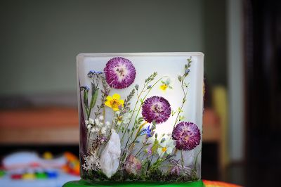 Lampion wieczorną porą.  Szklany lampion z suszonymi roślinami, wymiary 10 x 10 cm na tealight