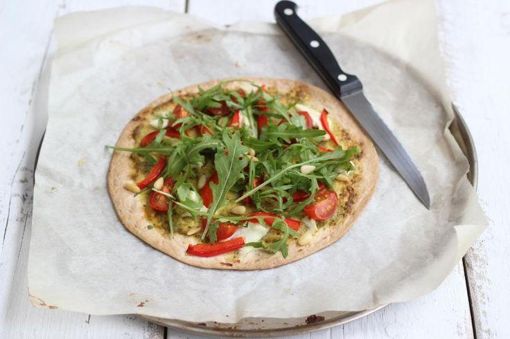 We kunnen het wel blijven zeggen maar wij zijn dol op recepten met wraps. Je kunt namelijk met wraps alle kanten op. Van wraps uit de oven tot een tortillataart en van appel chimichangas tot deze tortilla pizza met pesto en ricotta. Lekker, simpel en snel! Voor 2 pizza's Tijd: 10 min. + 15 min....Lees Meer »