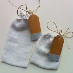Pochons , petits sacs cadeaux de noël , avec étiquettes et ficelle de lin , noël scandinave