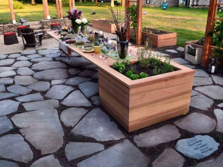 table à manger dans le jardin avec jardinière en bois intégrée